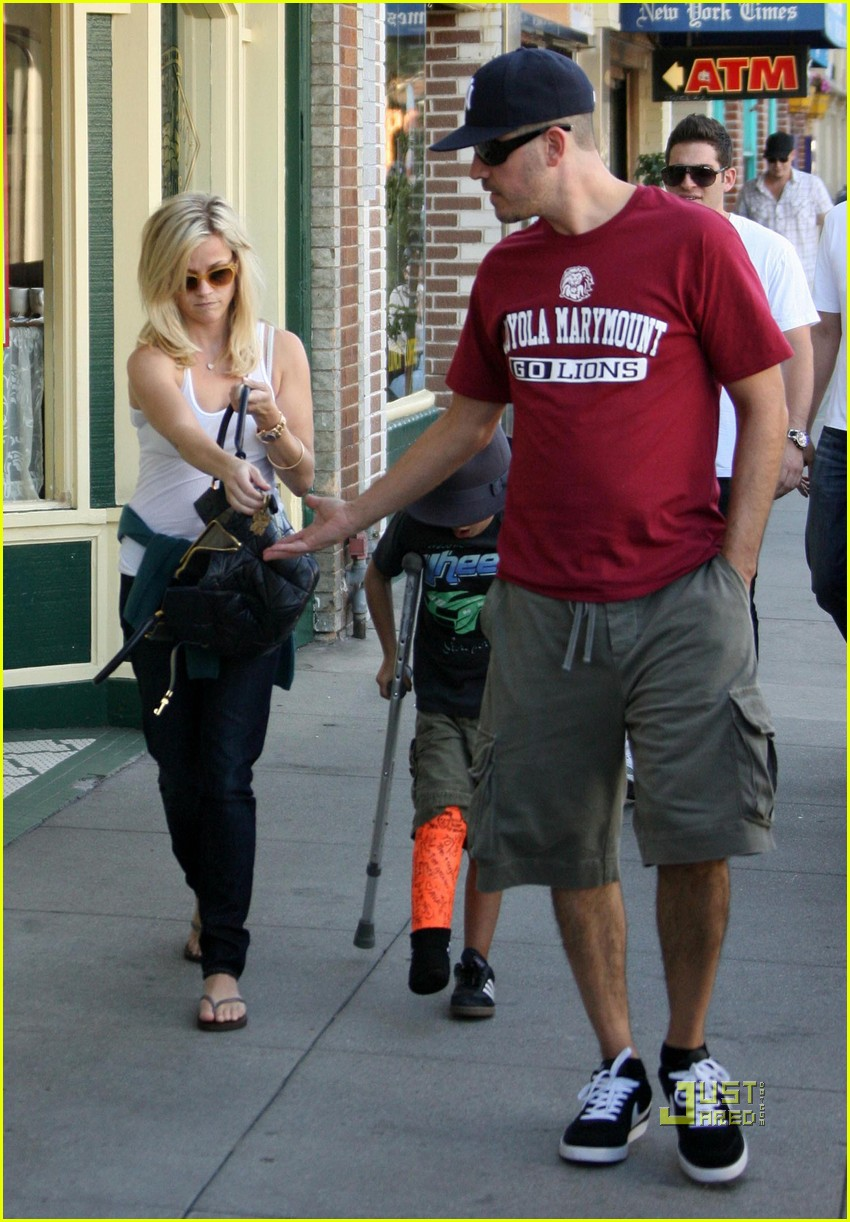 reese witherspoon deacon crutches 08