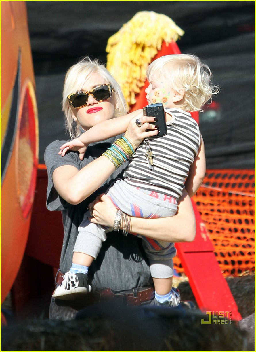 gwen stefani pumpkin patch playtime with zuma and kingston 12