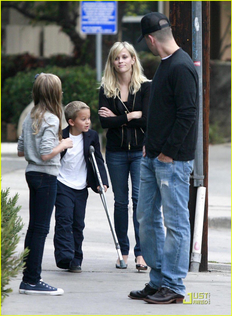 reese witherspoon carries deacon to dinner 022484768