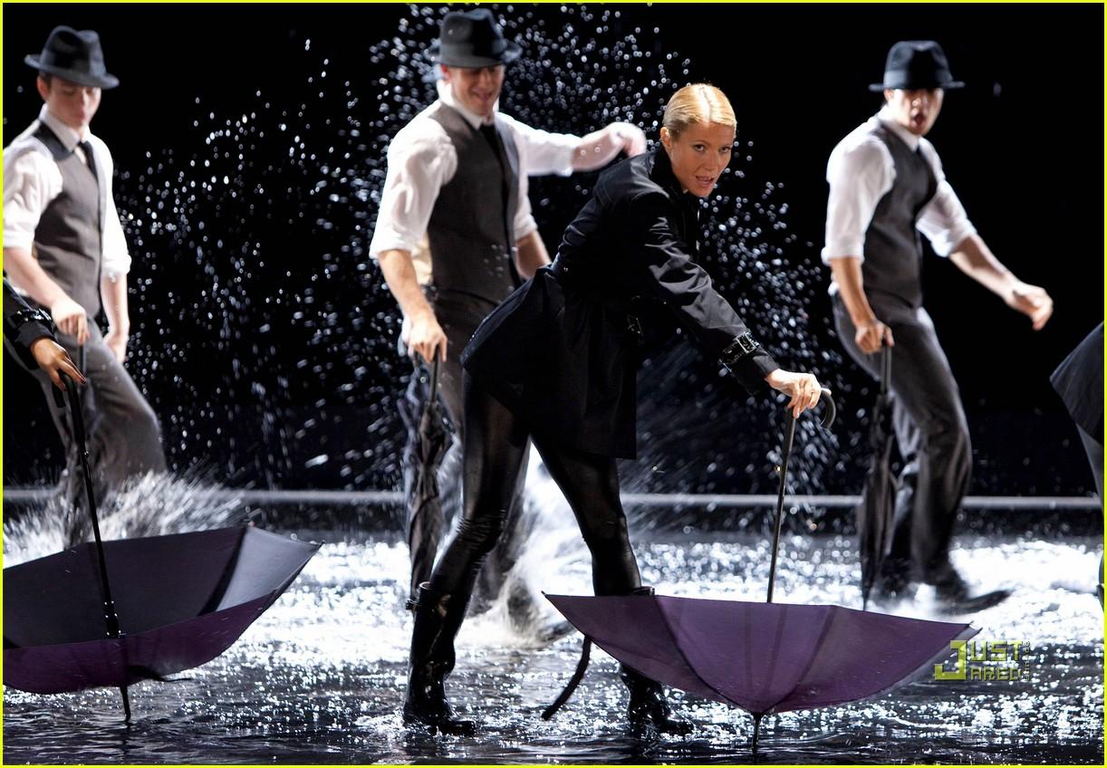 gwyneth paltrow rihanna umbrella 03