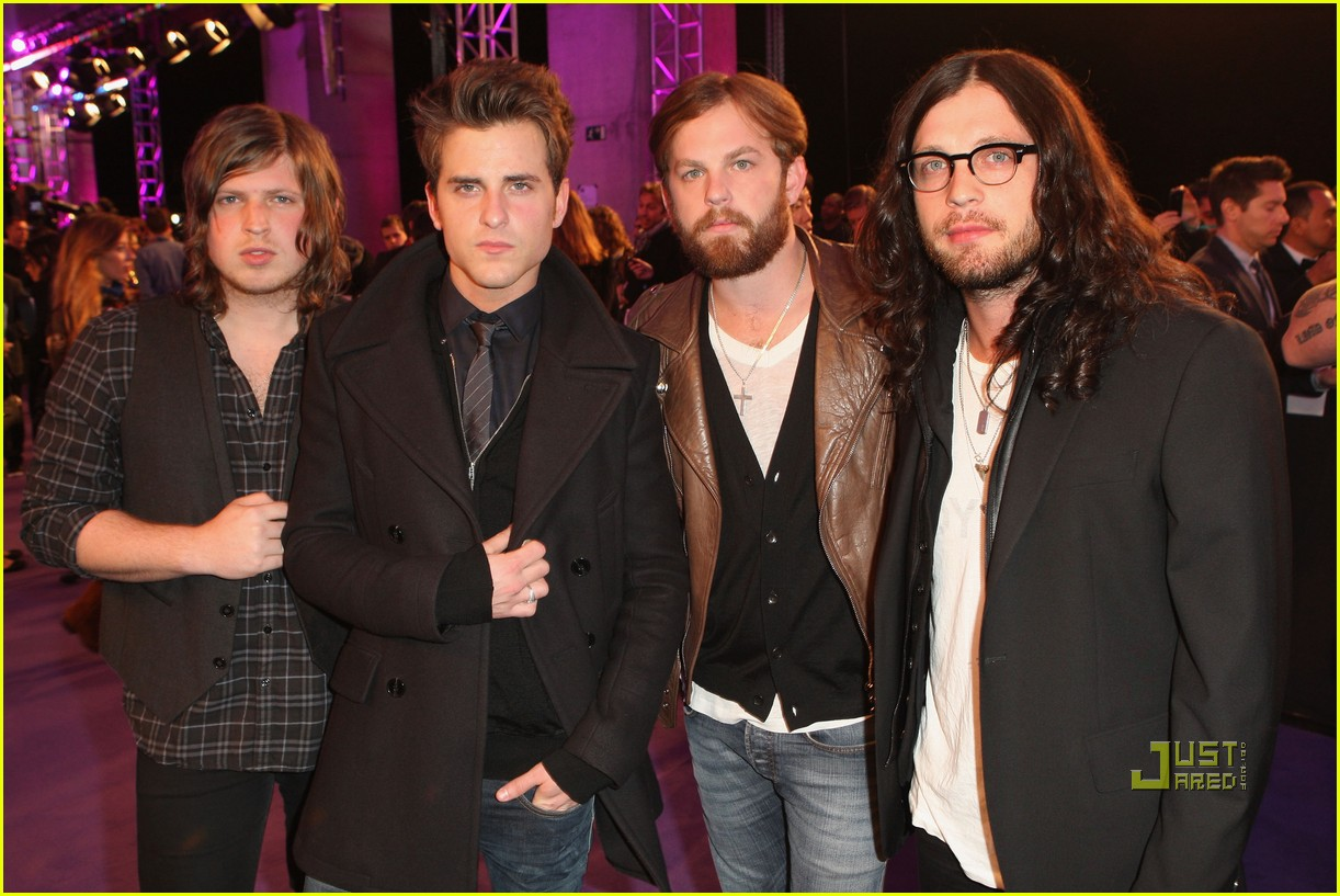 kings of leon mtv emas 2010 with rihanna 06