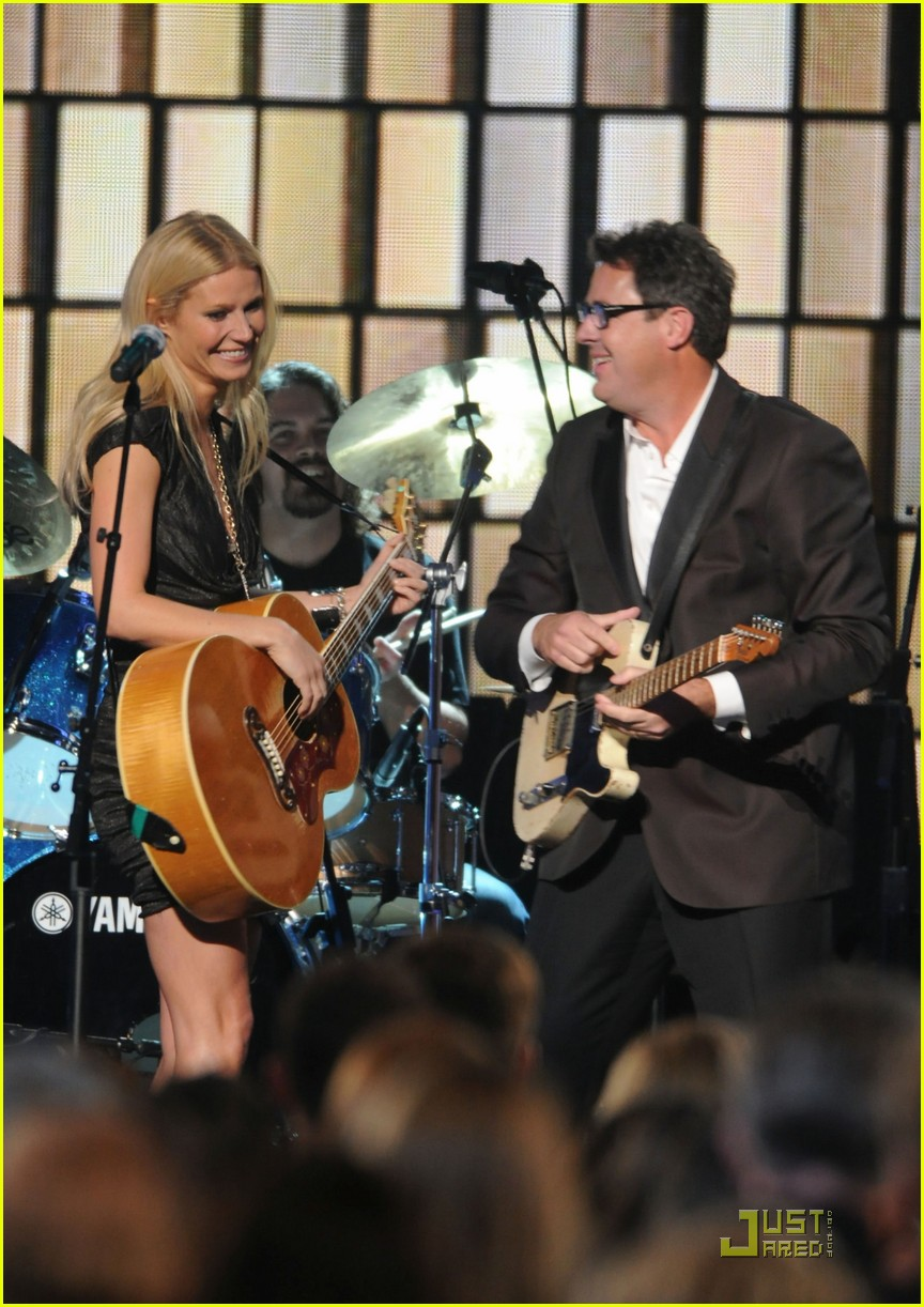 gwyneth paltrow cma performance 02
