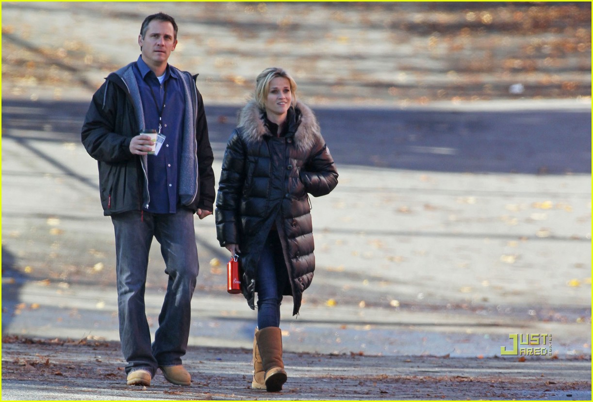 reese witherspoon walk puffy coat 01