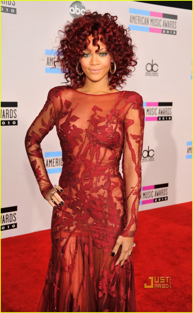 rihanna amas red carpet 2010 032497288