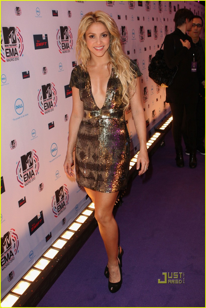 shakira 2010 mtv emas red carpet 02