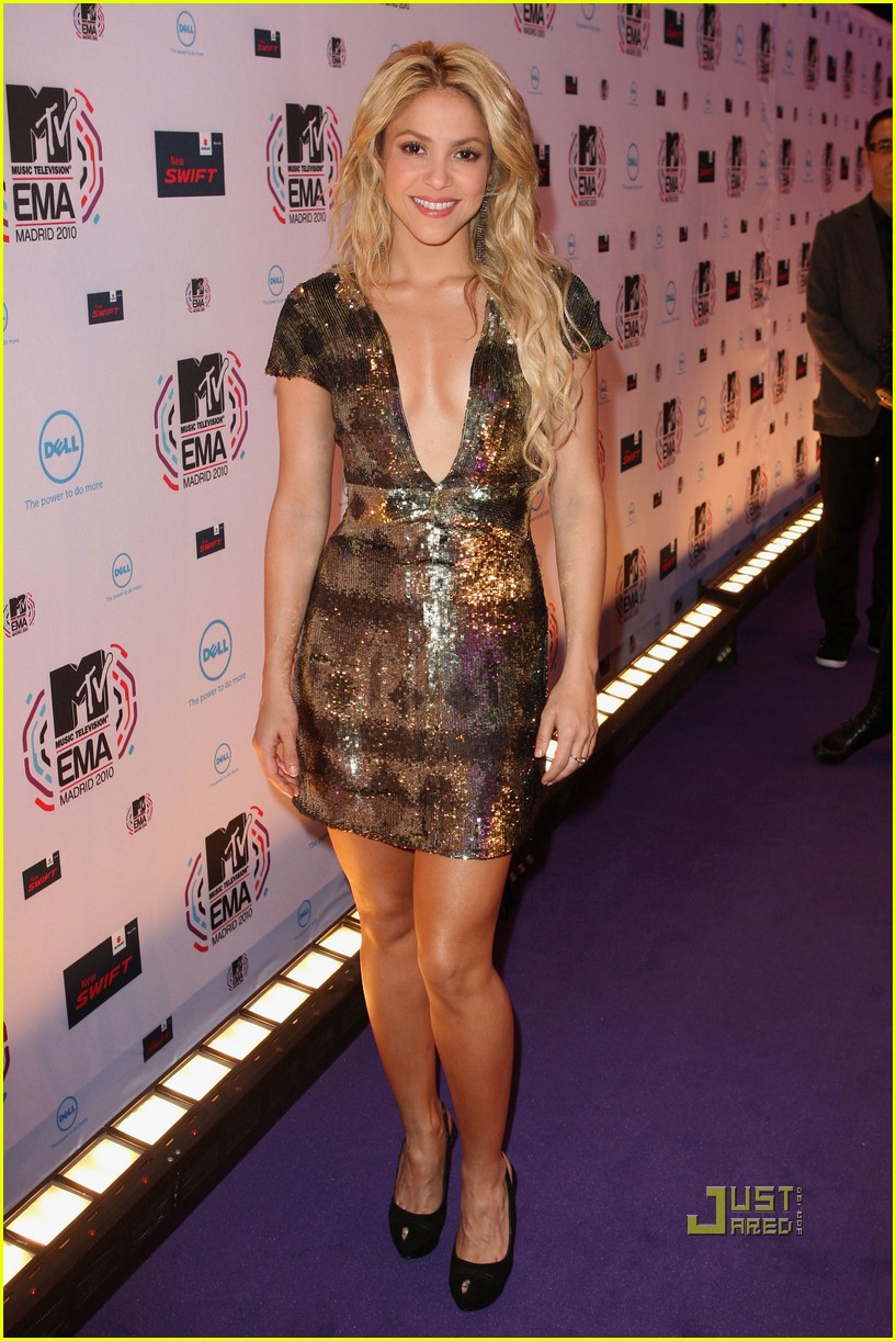 shakira 2010 mtv emas red carpet 052493592