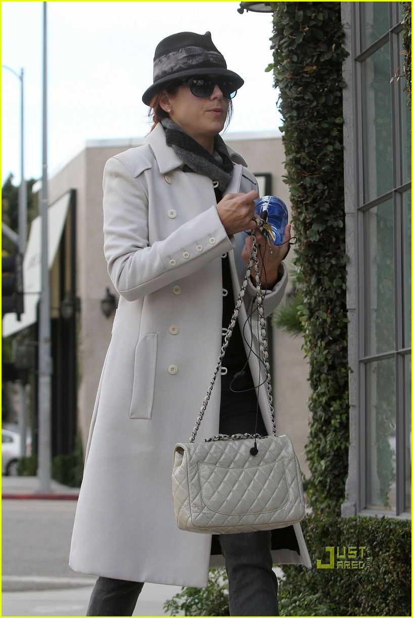 kate walsh keeps hydrated at the spa 02