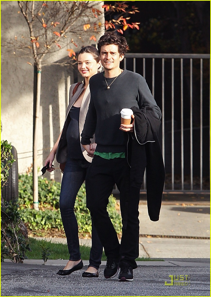 orlando bloom miranda kerr rubs baby bump 06