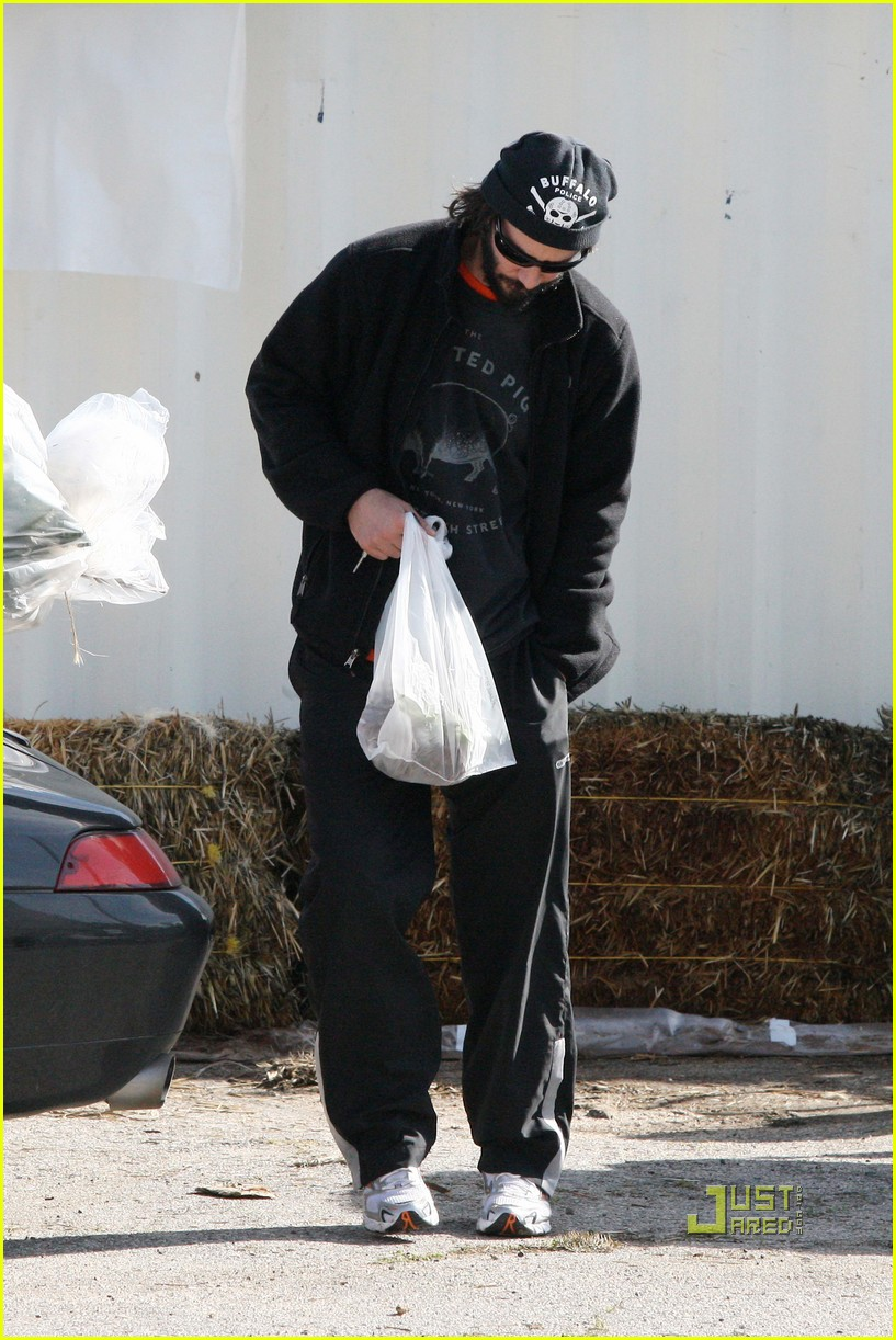keanu reeves christmas tree shopping 202506389