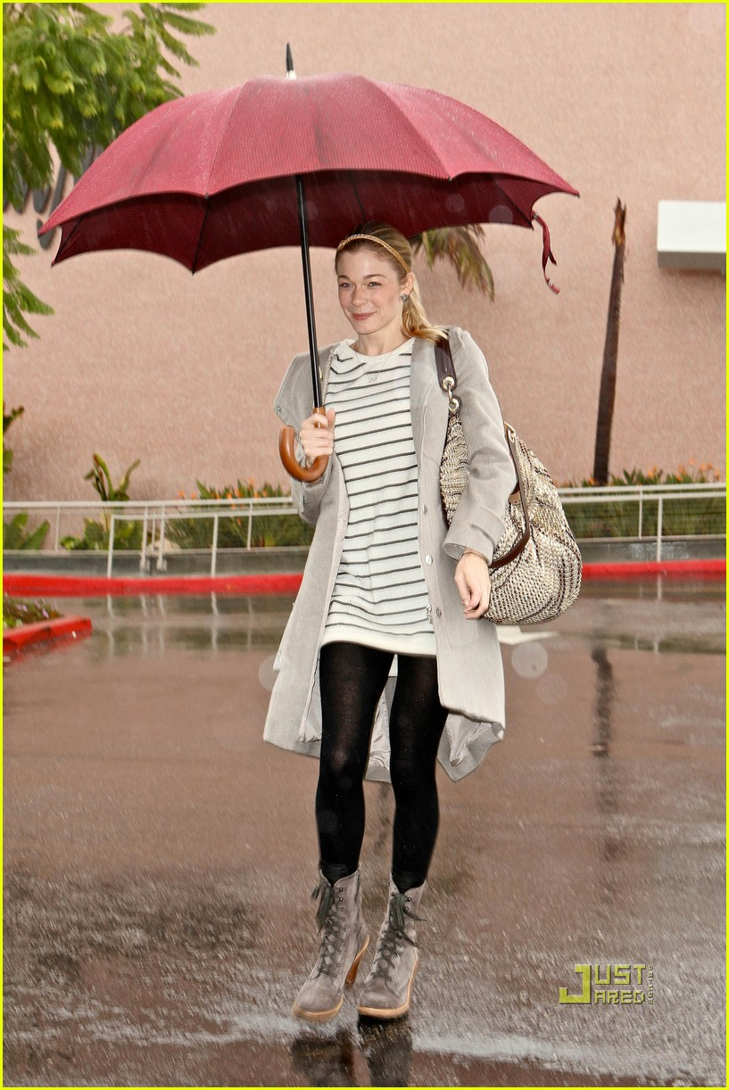 leann rimes umbrella mall 03