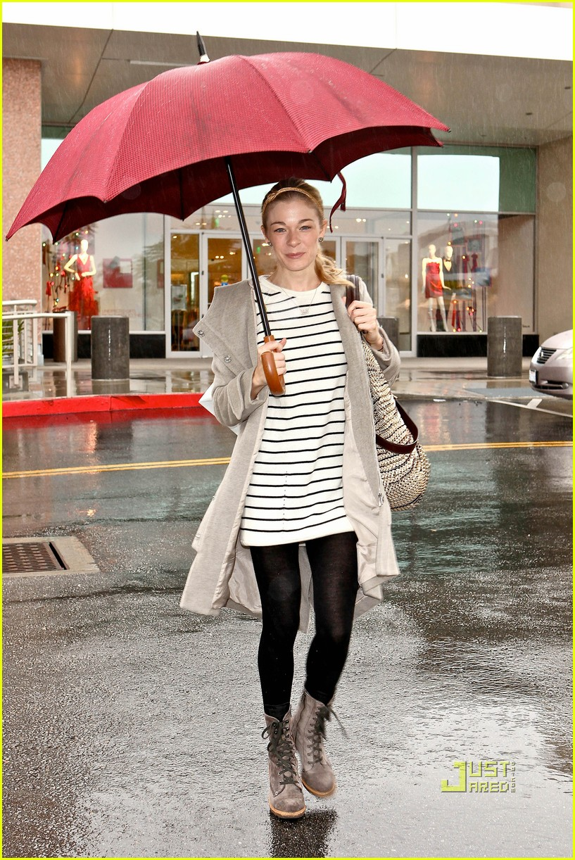 leann rimes umbrella mall 07