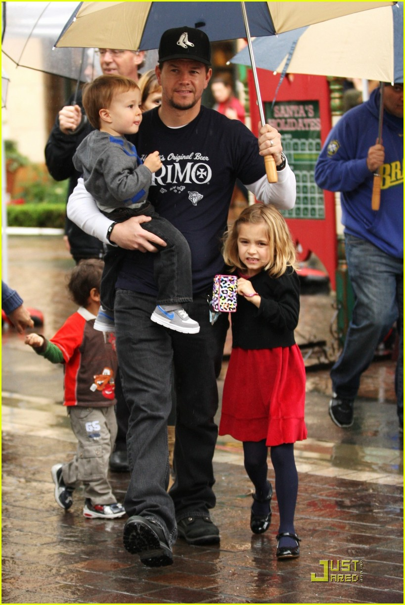mark wahlberg holiday family fun 01