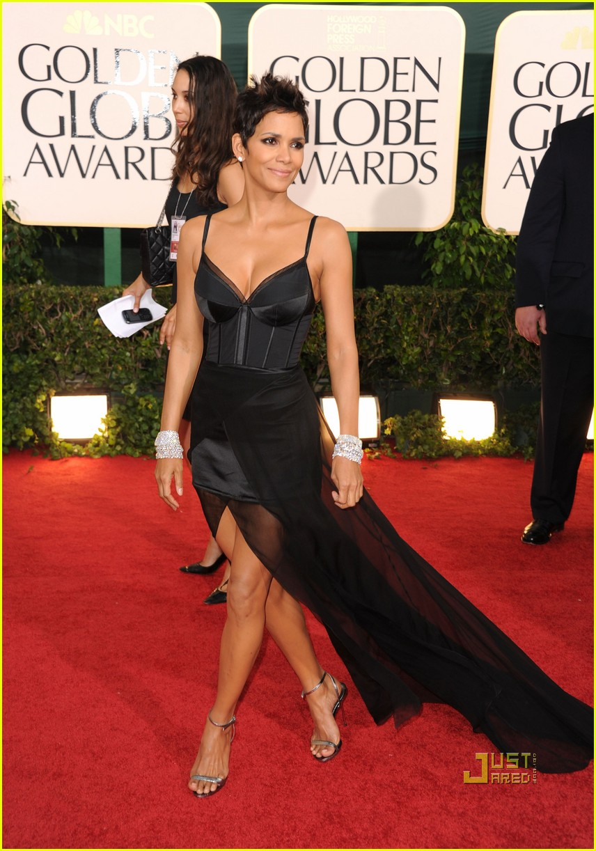 halle berry 2011 golden globes red carpet 04