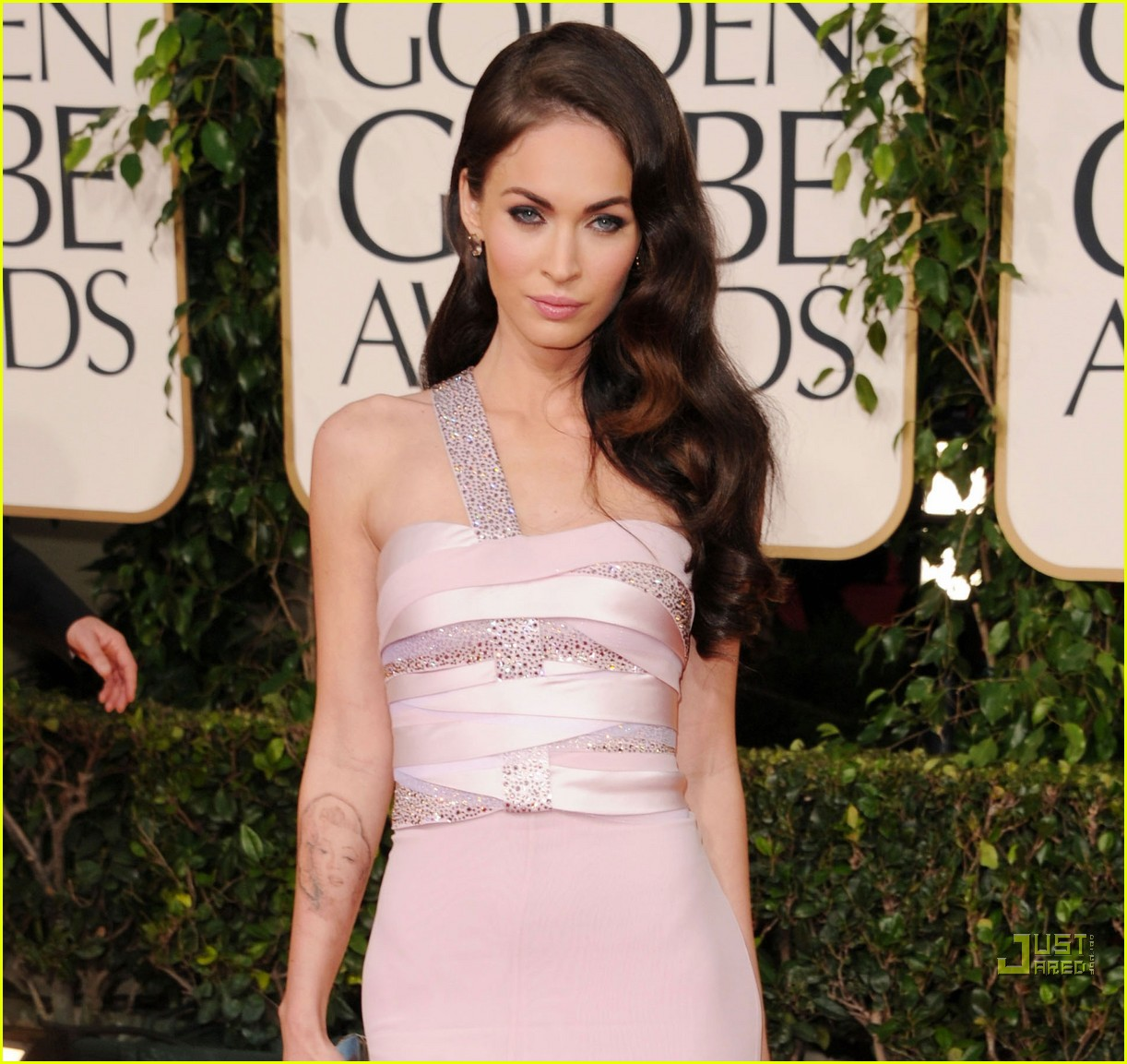 megan fox golden globes red carpet 2011 09
