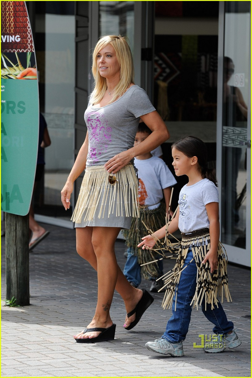 kate gosselin grass skirt new zealand 03