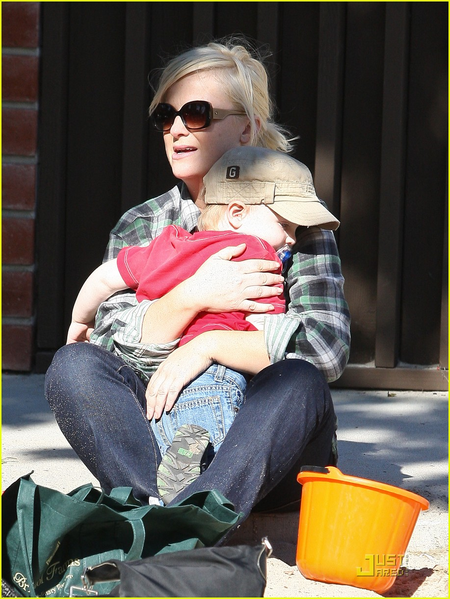 amy poehler playdate with archie 06
