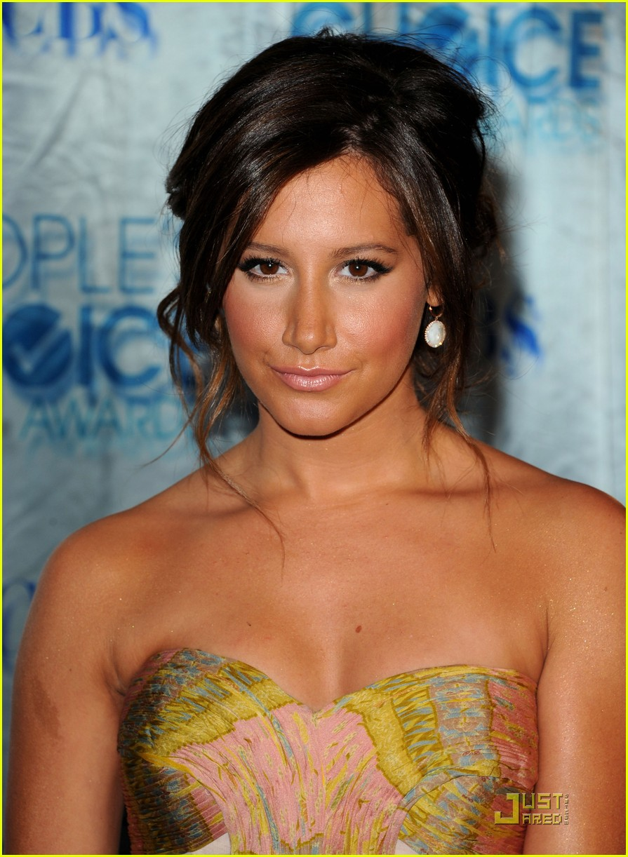ashley tisdale emma roberts pcas 24