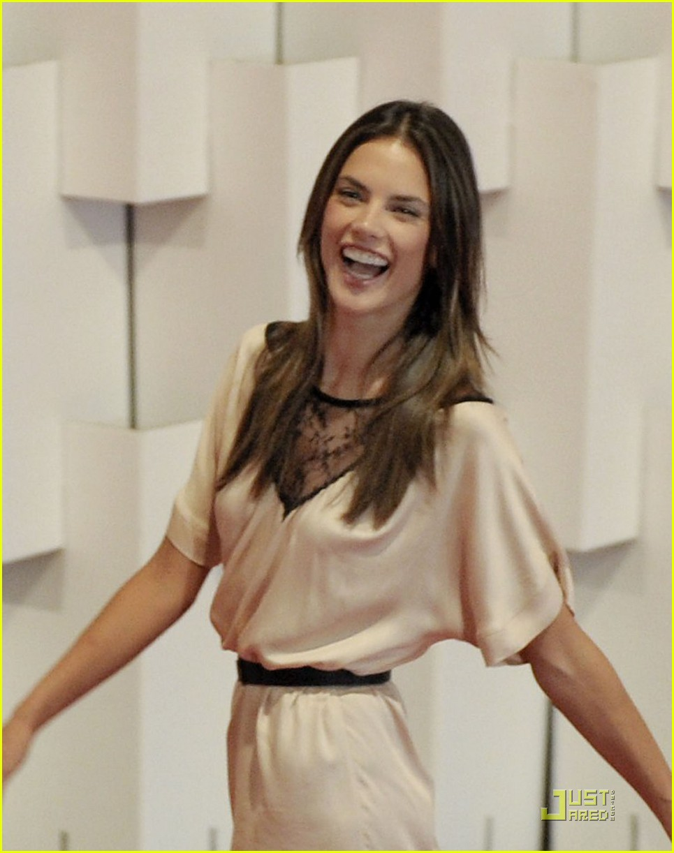 Alessandra Ambrosio: Colcci Fashion Show!: Photo 2515986 ...