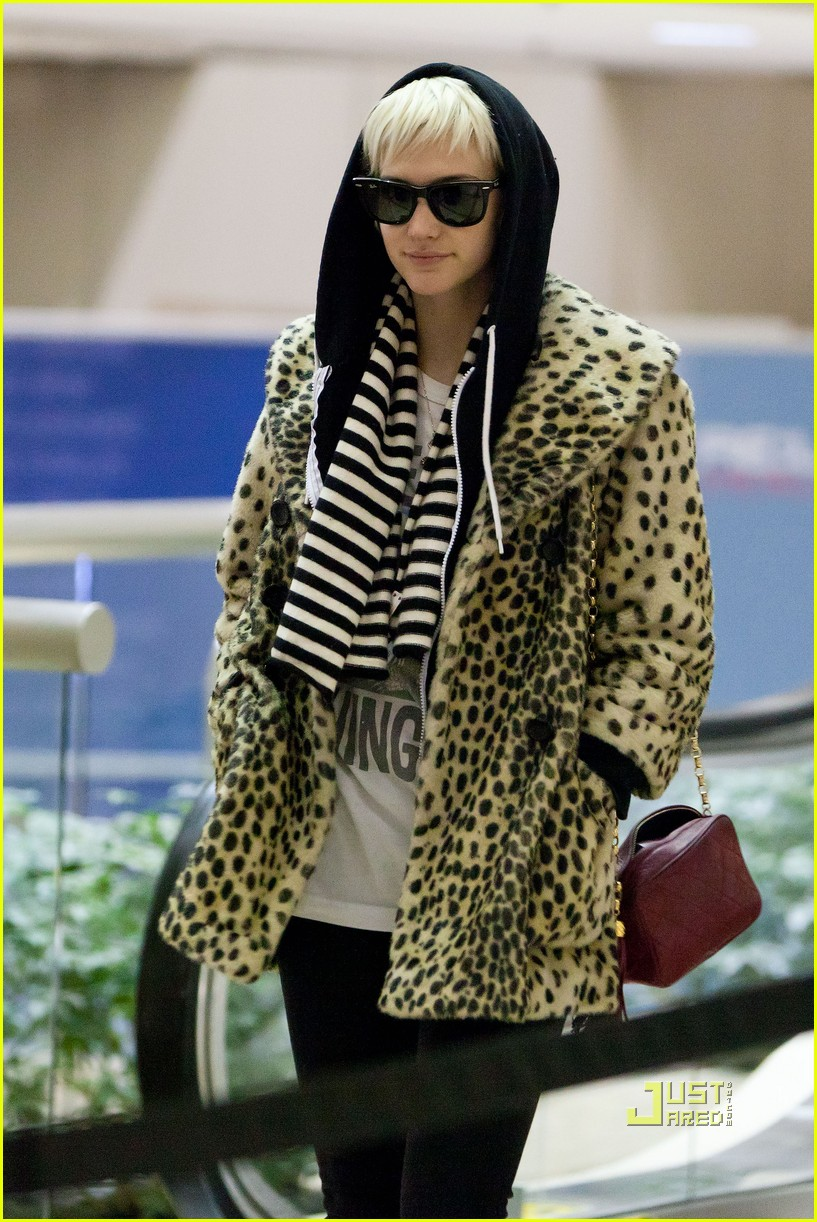 ashlee simpson leopard coat lax 02