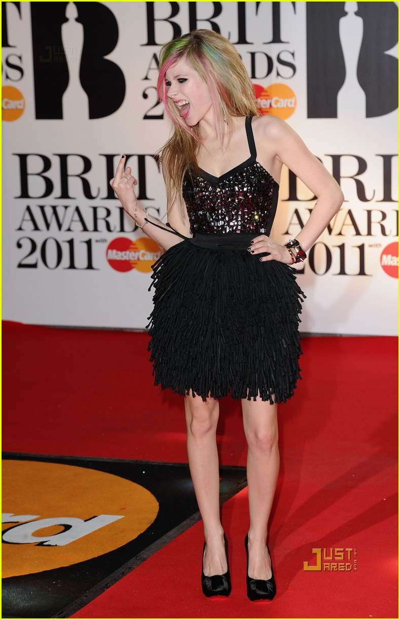 avril lavigne brits 2011 red carpet 05