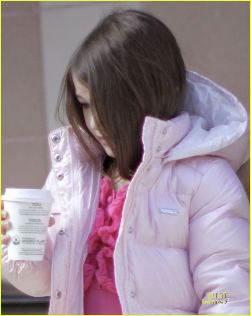 suri cruise pink lady at starbucks 04