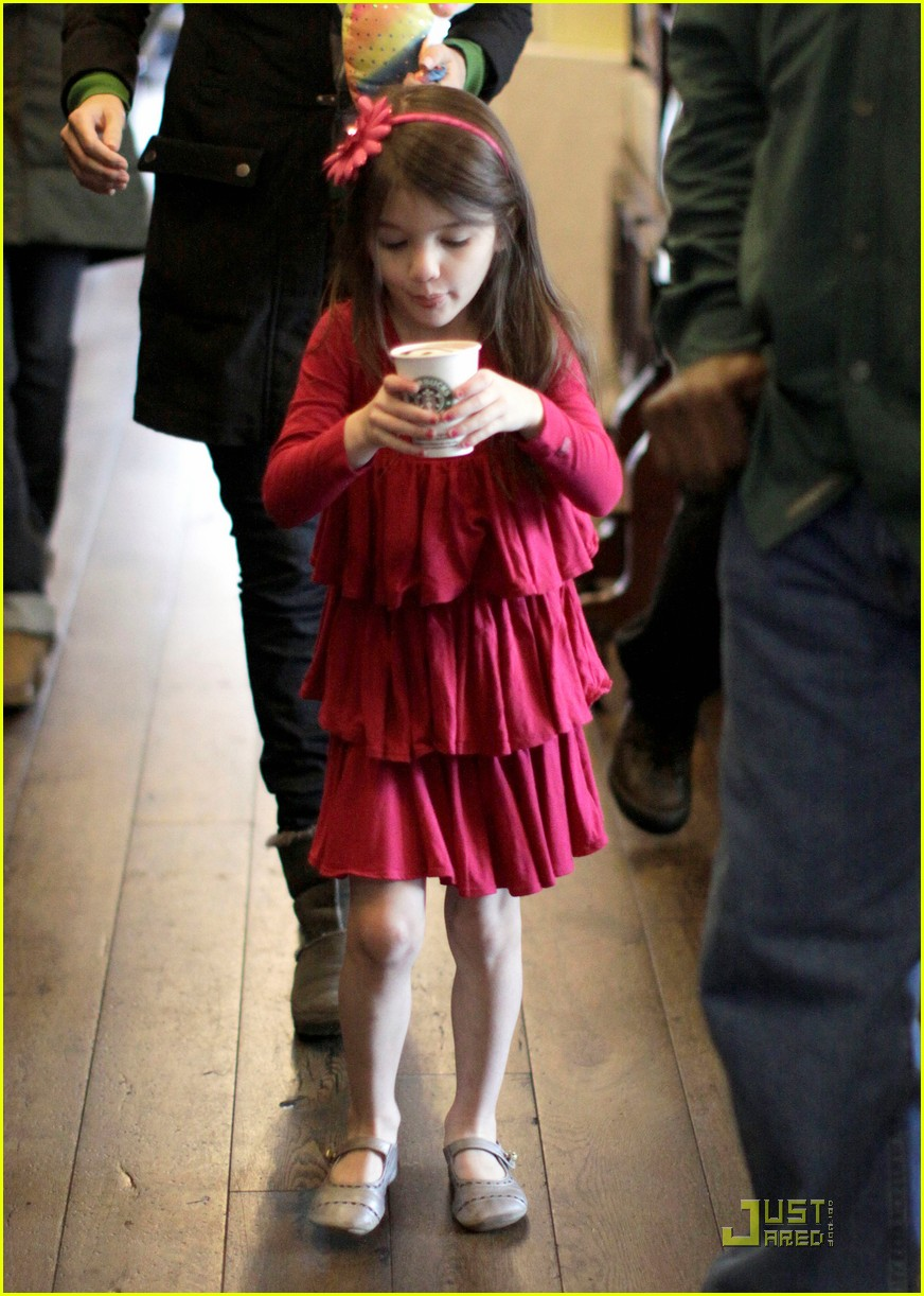 suri cruise starbucks 03