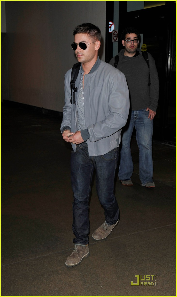 zac efron arrives lax 02