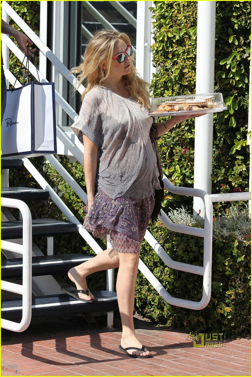 pregnant kate hudson cookies fred segal 15