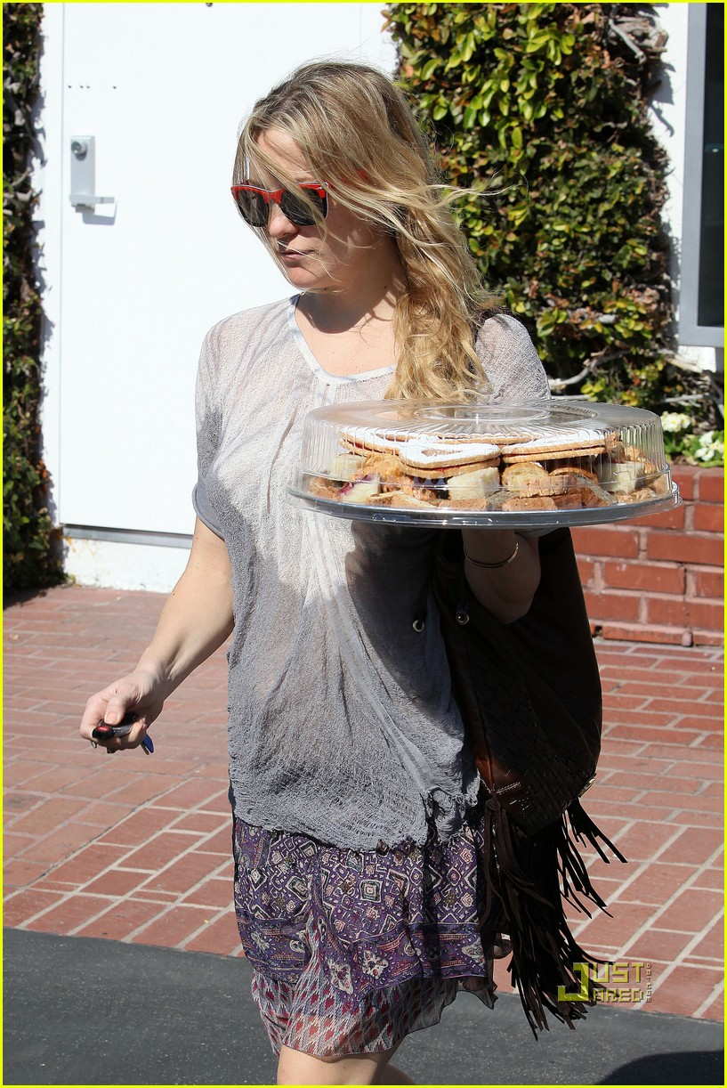 pregnant kate hudson cookies fred segal 172519770