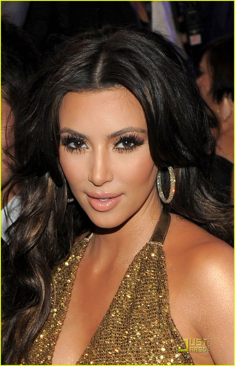 kim kardashian keri hilson 2011 grammys 01