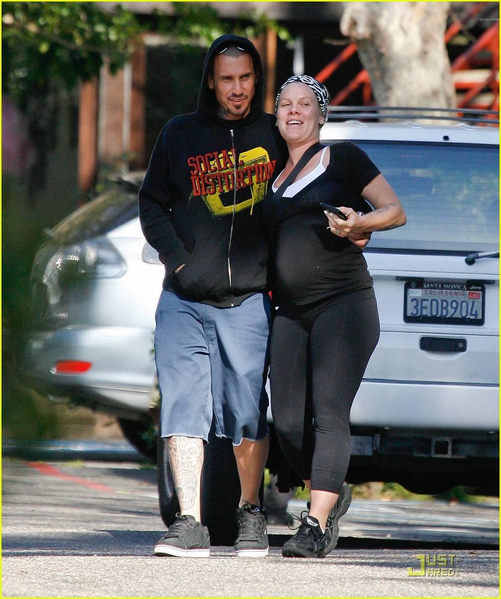 pink baby bump stroll with carey hart 04
