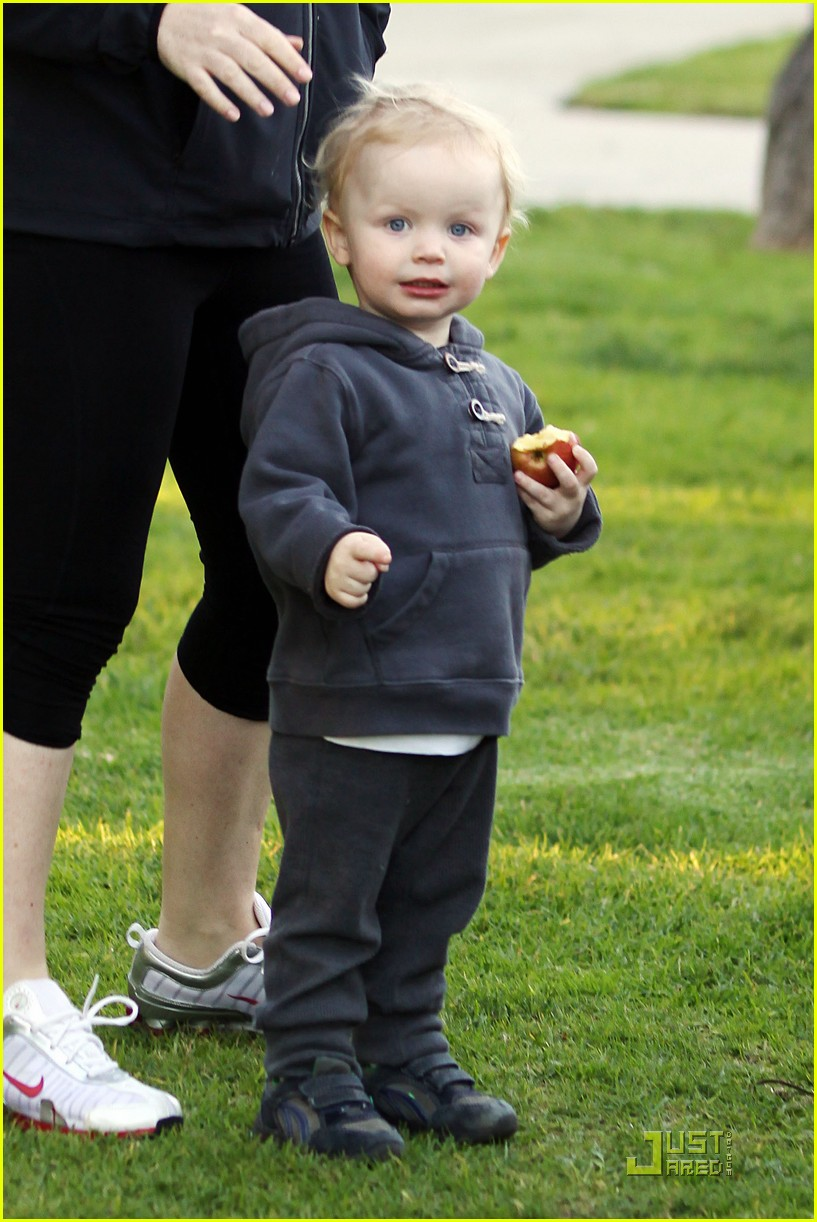 amy poehler walk with archie 03