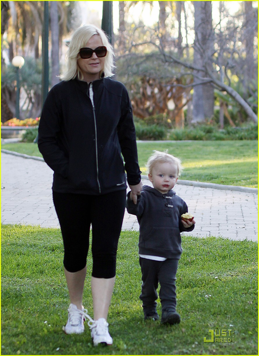amy poehler walk with archie 132518498