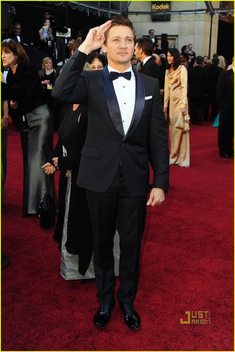 jeremy renner oscars 2011 red carpet 06