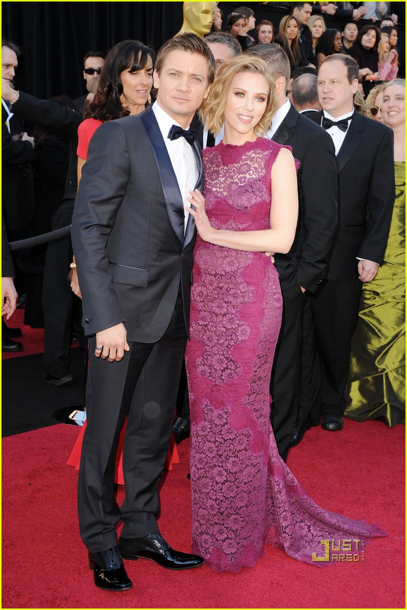 jeremy renner oscars 2011 red carpet 09