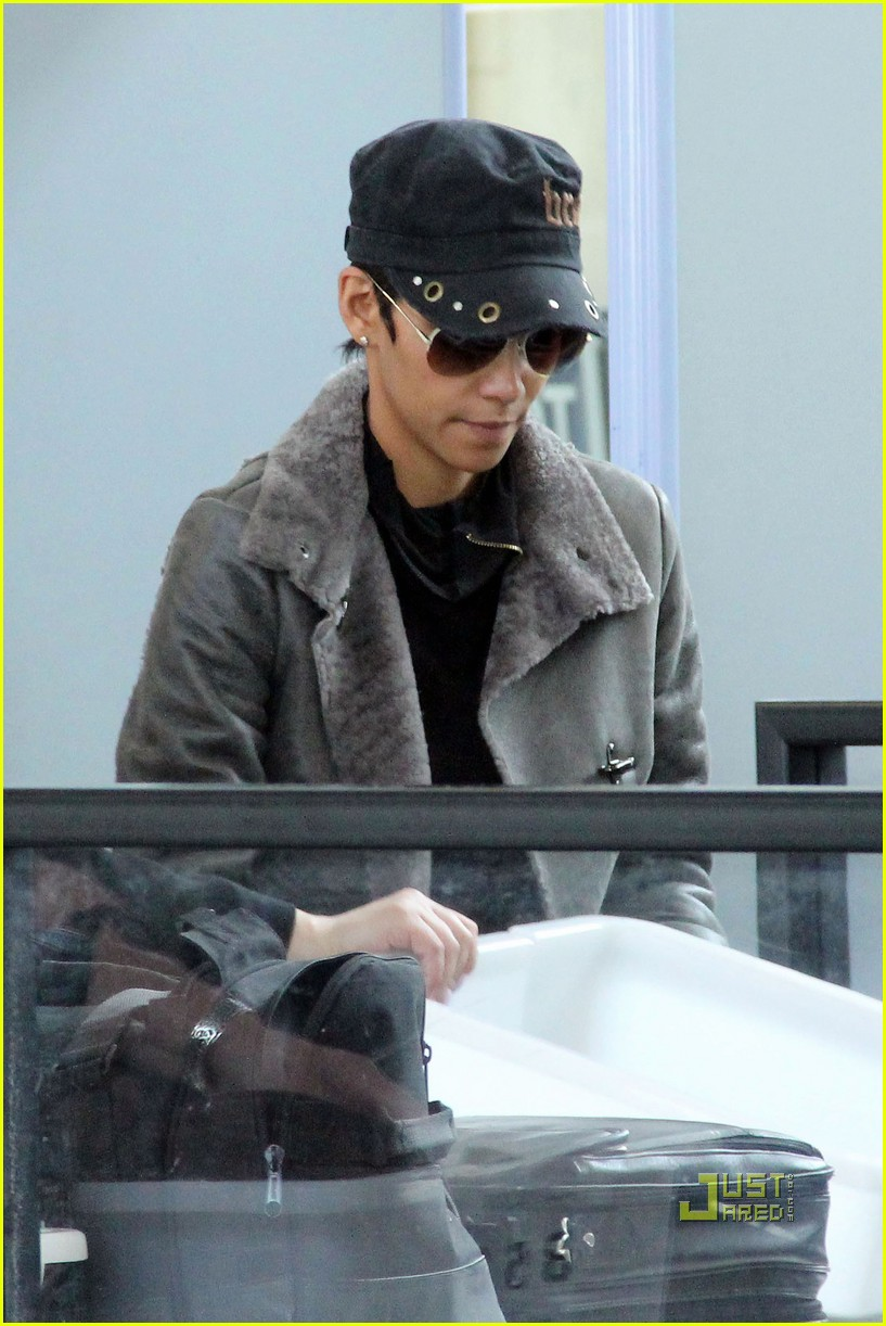 halle berry lax airport 08