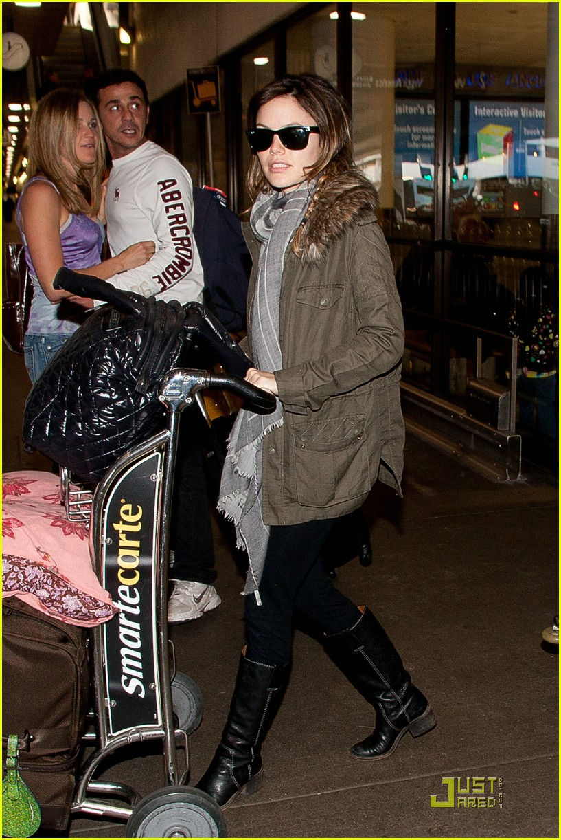 rachel bilson lugs her luggage 02