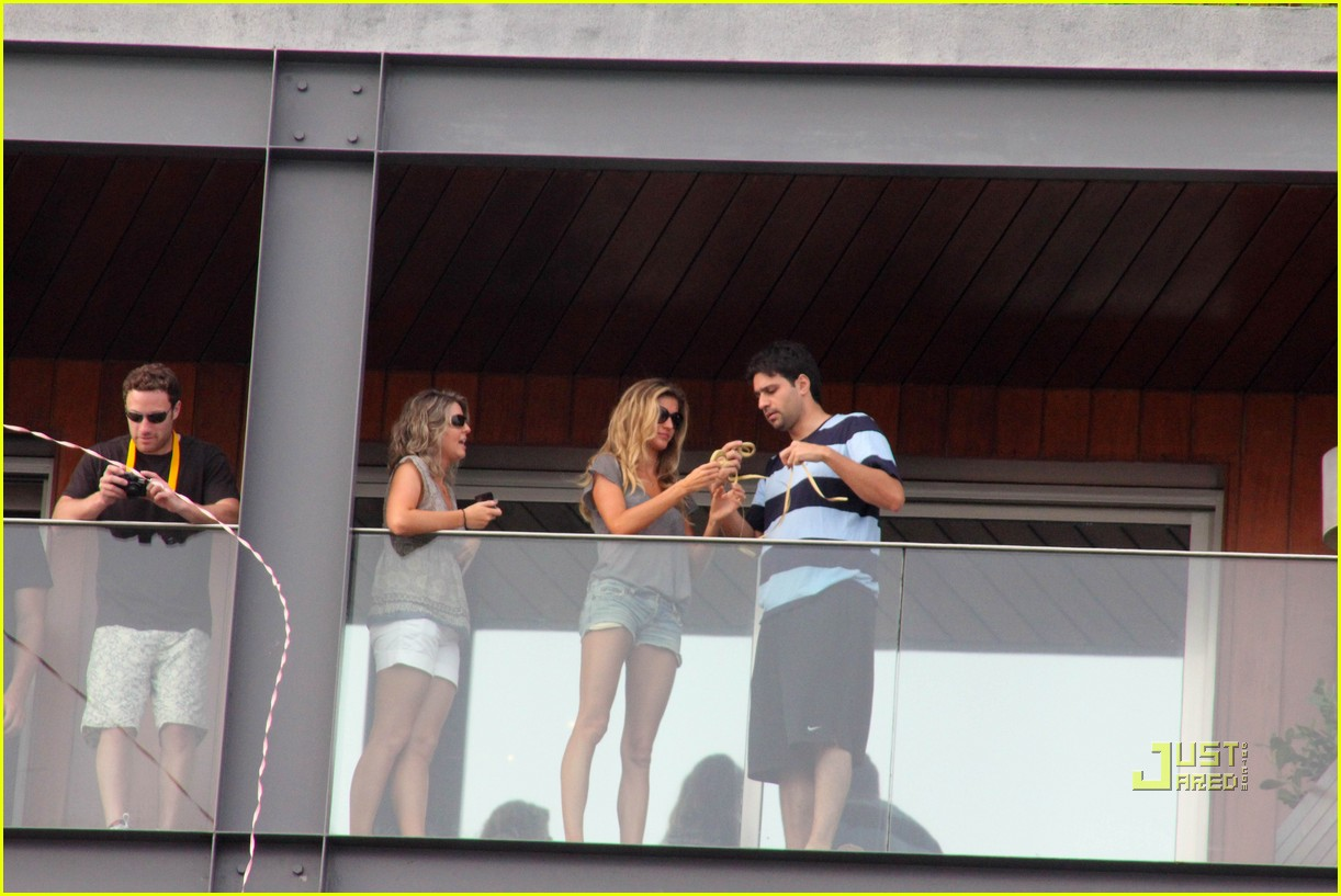 gisele bundchen tom brady brazil balcony 01