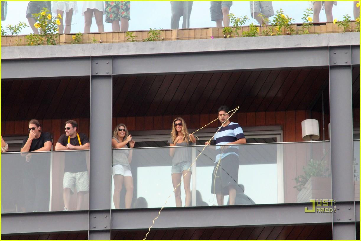 gisele bundchen tom brady brazil balcony 02