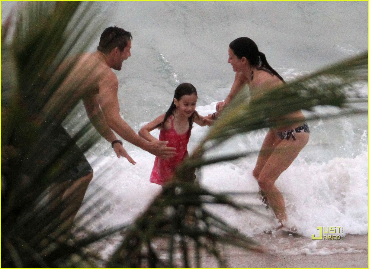 courteney cox josh hopkins beach couple 04