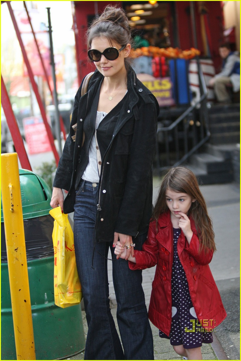 katie holmes suri cruise cupcakes kaboodles starbucks 02