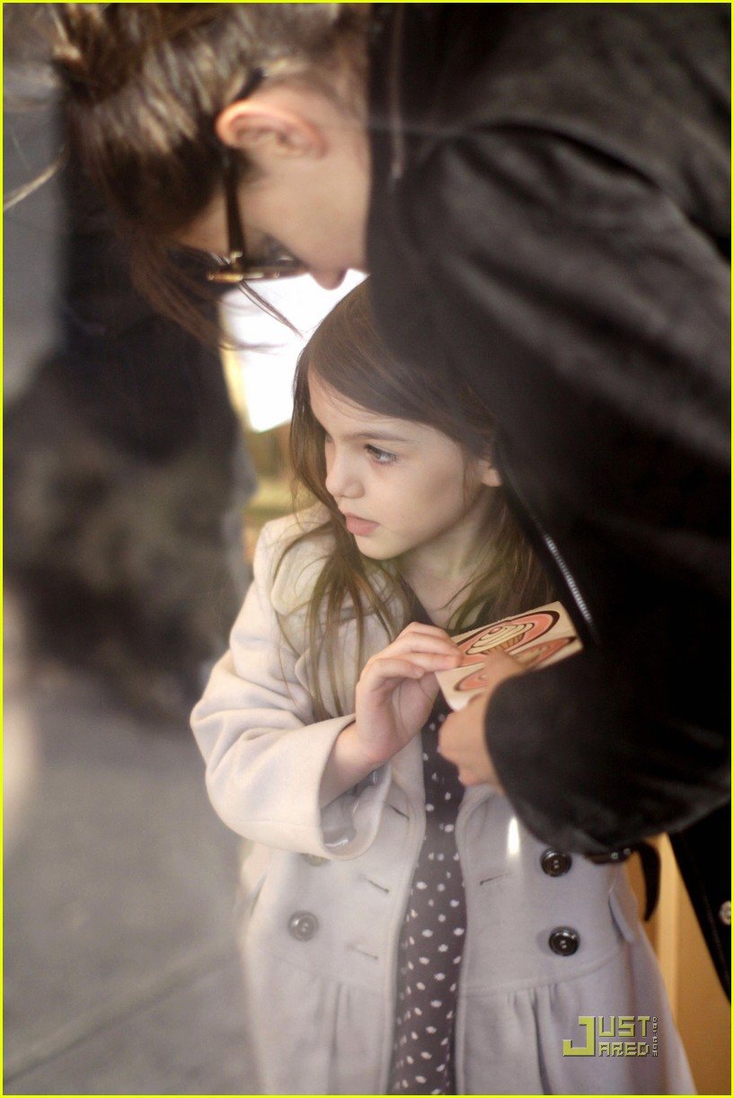 katie holmes cupcakes with suri cruise 02