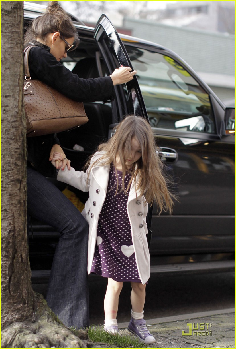 katie holmes cupcakes with suri cruise 08
