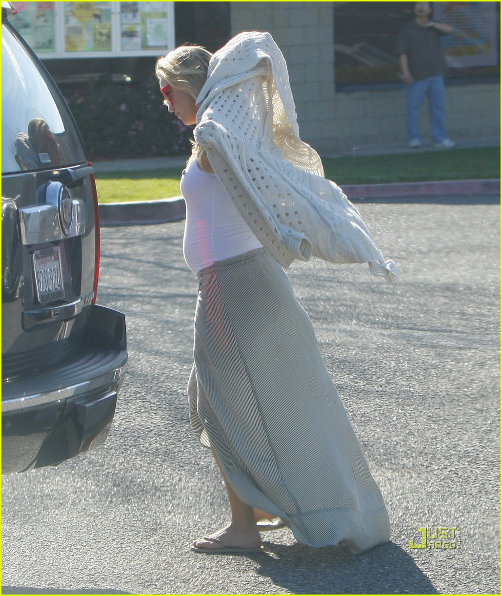 kate hudson baby bump malibu 04