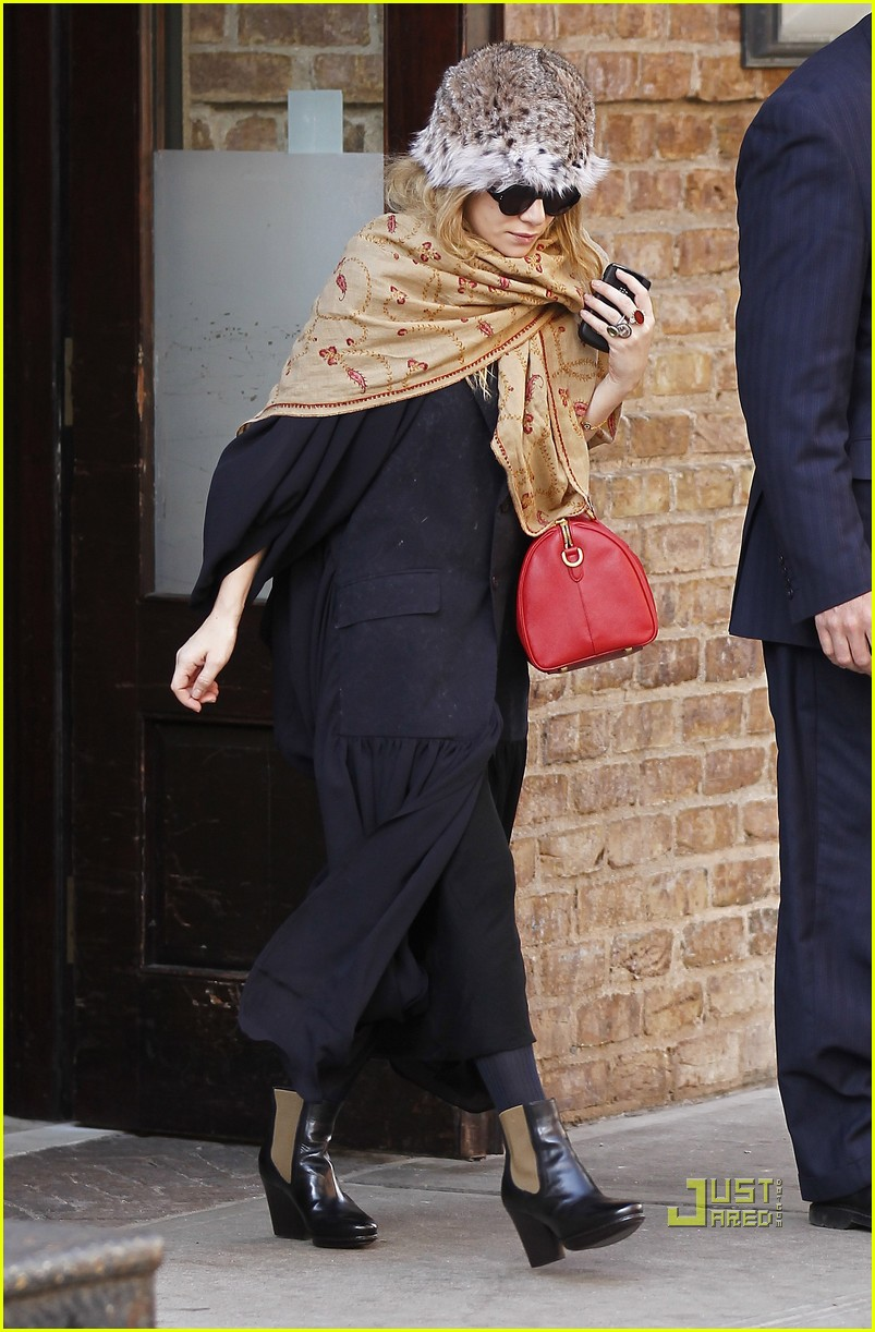 ashley olsen red purse shawl 03