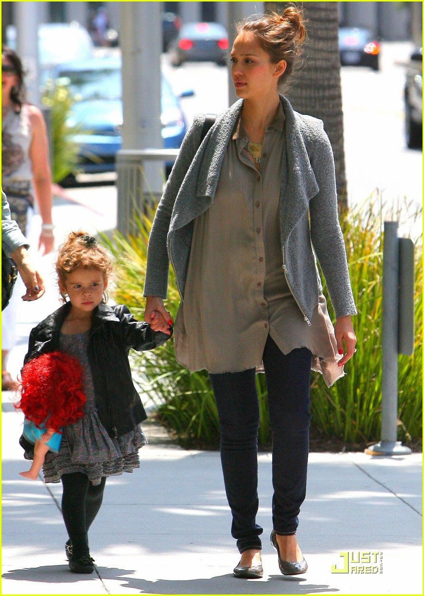 full sized photo of jessica alba shopping day with honor