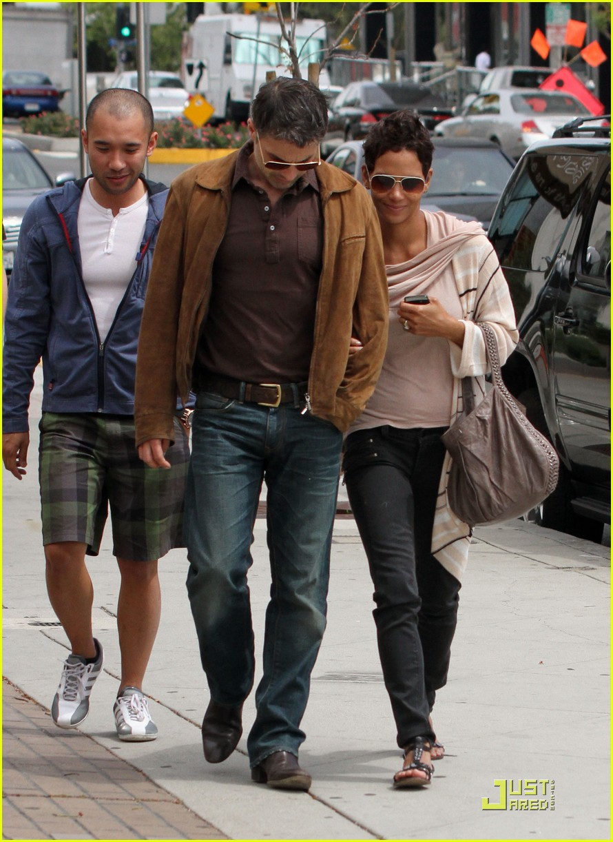 halle berry sunset plaza stroll with oliver martinez 112533811