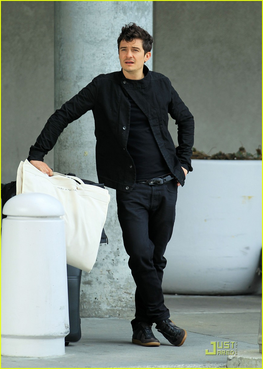 orlando bloom waiting car 03