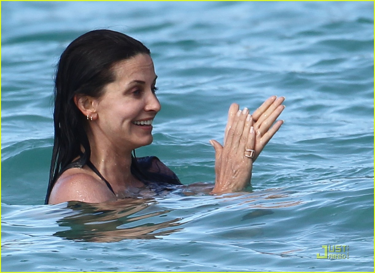 courteney cox josh hopkins lose their suits 13