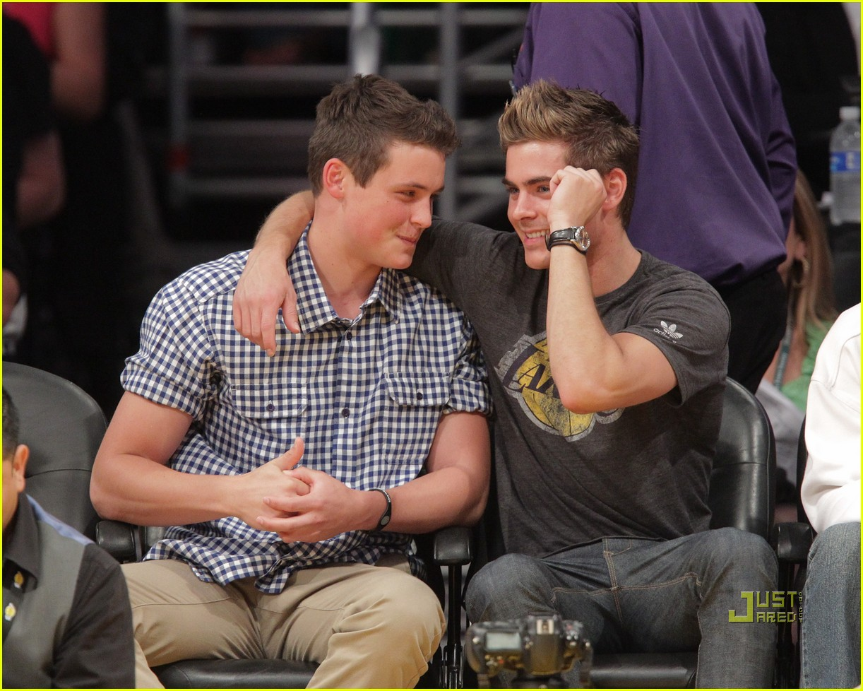 zac efron lakers game with brother dylan photo 2537120